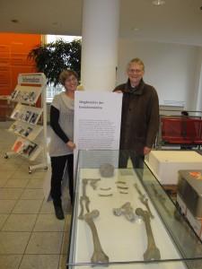Die Kuratoren Dr. Ralf W. Schmitz und Dr. Ursula Zängl präsentieren die Replik des Neandertalers.