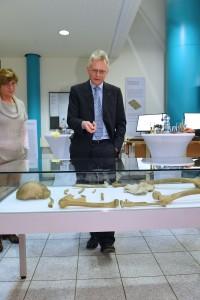 Dr. Ralf W. Schmitz und Dr. Ursula Zängl erläutern bei einer Führung durch die Ausstellung den Neanderthaler-Fund Foto: ZB MED / K.P. Schmidt