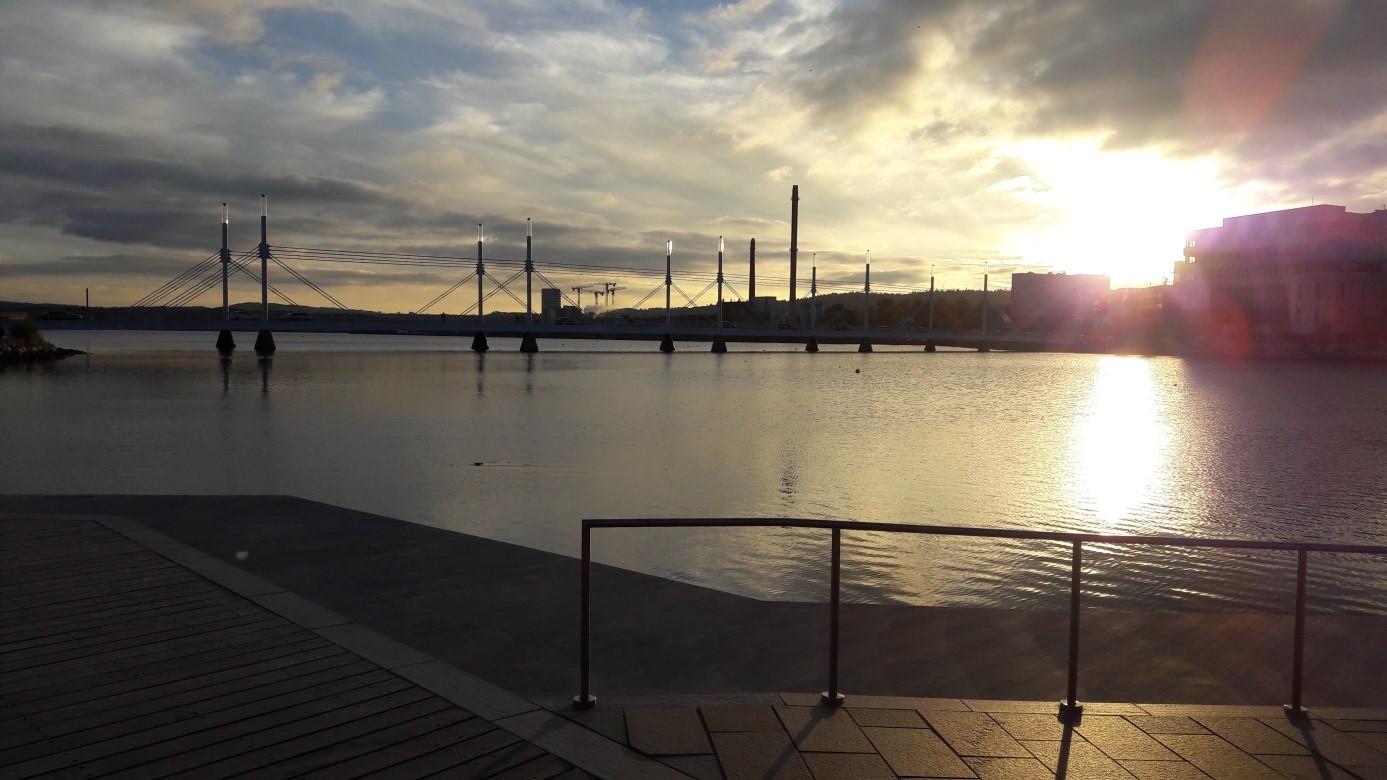 Blick vom Wasser auf die Stadt Munksjön