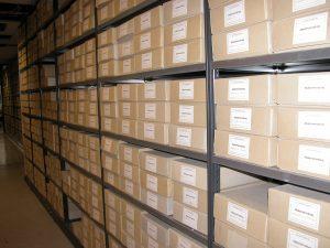 Blick in Regalreihen im Tiefmagazin mit zahlreichen Kartons