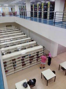 Blick vom 3. Obergeschoss der Dar Al-Hikmah Library in Kuala Lumpur ins 2. Obergeschoss.