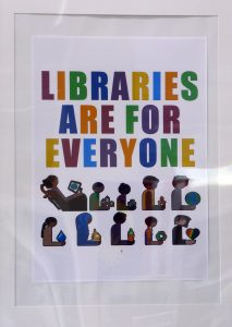"Poster in der State Library of Pahang in Kuala Lumpur, auf dem ""Libraries are for everyone"" steht."