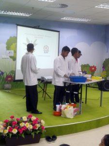Einer jüngeren Schulklasse wird von Älteren in der State Library of Pahang erklärt, wie aus Bananenfasern Papier geschöpft werden kann.