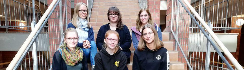 """Die sechs Auszubildenden FaMis haben in einem Projekt in der Berufsschule den Leitfaden """"Nachhaltigkeit in Bibliotheken"""" erarbeitet."""